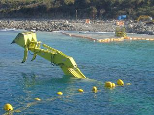 水中バックホウによる管路埋設工事