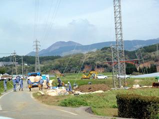仮ルートに建設した送電用鉄柱